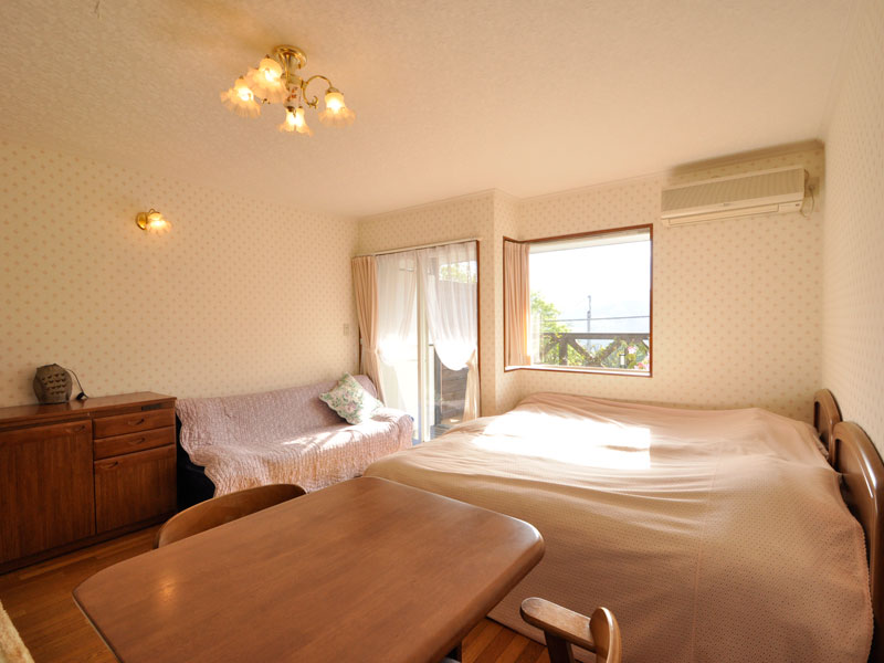 伊豆002のコテージ、2名用室内。シングルベッドが2台備わっています