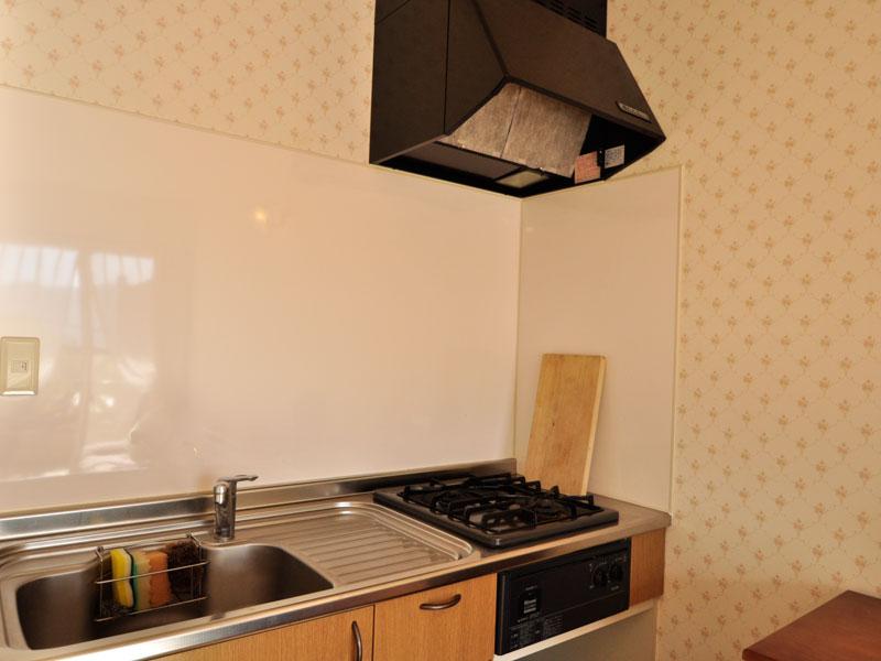 キッチンにはガスコンロ2口完備。フルキッチンで自炊がきちんとできます