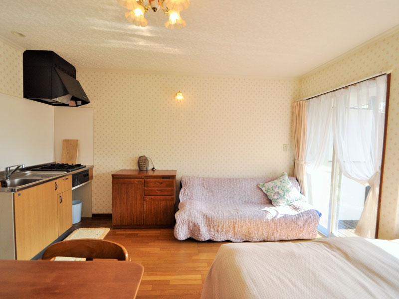伊豆002 2名用客室は東向き。朝起きたときに明るいお部屋で一日を気持ちよく過ごせます