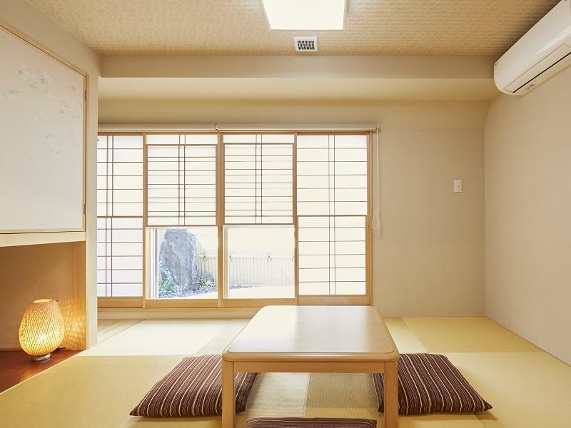 欅庵 8名用客室には雪見障子から見える坪庭付き