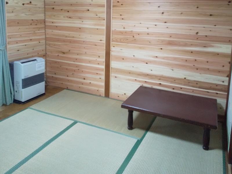 軽井沢のロッジタイプ。数世帯の家族旅行やグループ団体向け貸別荘。和室をリニューアルしました