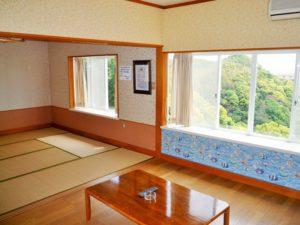 入田浜山荘 8名用 リビングと和室