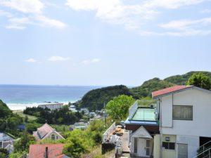 入田浜山荘 25~35名で泊まれる大型棟外観と海の位置関係