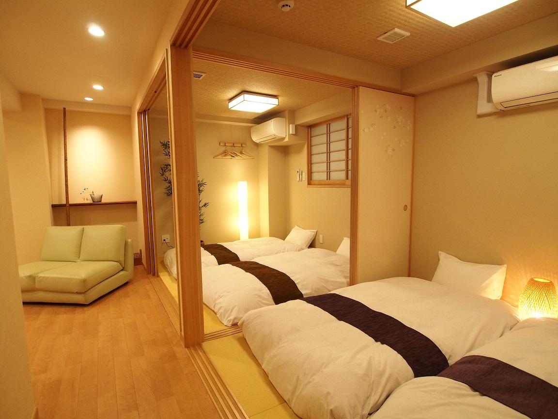 4名が一緒に寝られる寝室のあるホテル。ふすまを閉めれば2世帯で部屋を分けることも可能