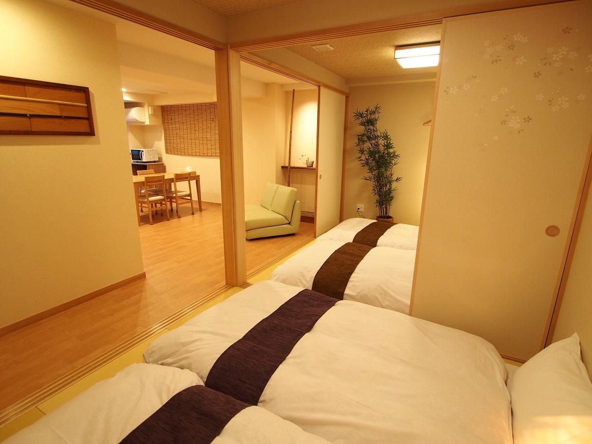 壁の装飾は1点物。施設のメインモチーフである欅の木や京都黒竹を使ったもの