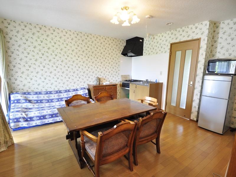 修善寺フォーレスト テラス露天風呂付5名用1階客室 リビングキッチン。ソファあり。