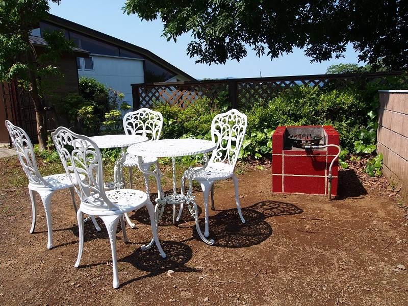 修善寺フォーレスト テラス露天風呂付5名用 2階客室のバーベキュー場は屋外の中庭になります