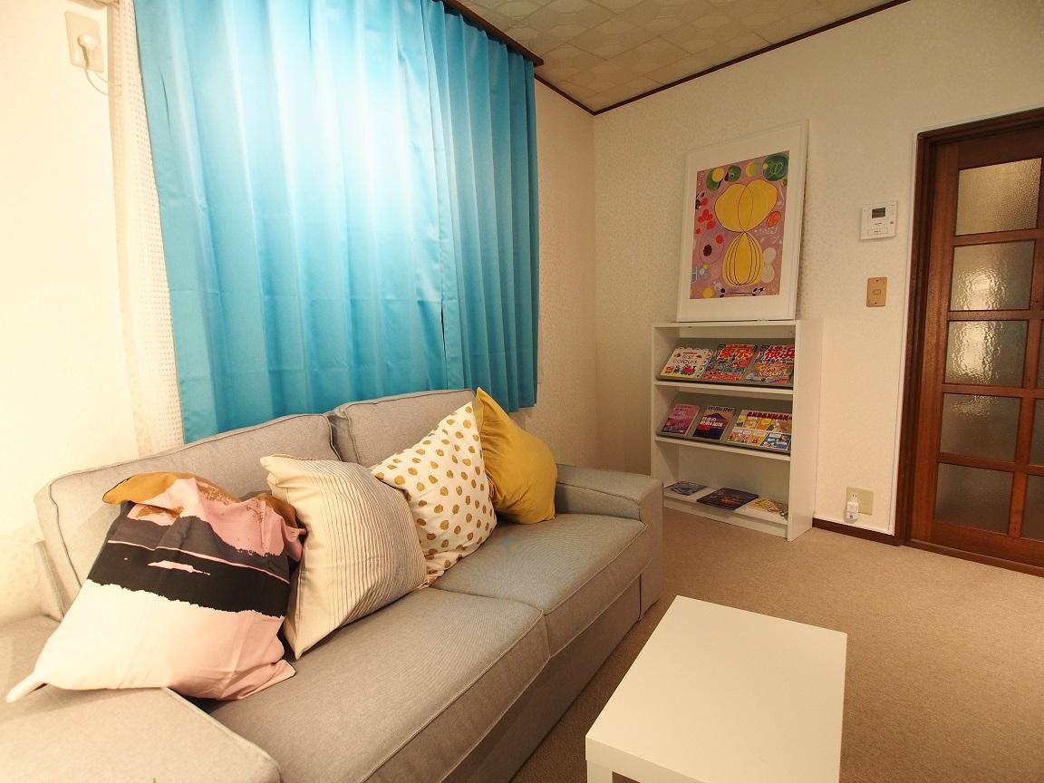 横浜川崎近く、たまプラーザの一戸建て宿 3名から8名までのグループ・ファミリー向け宿 ソファ