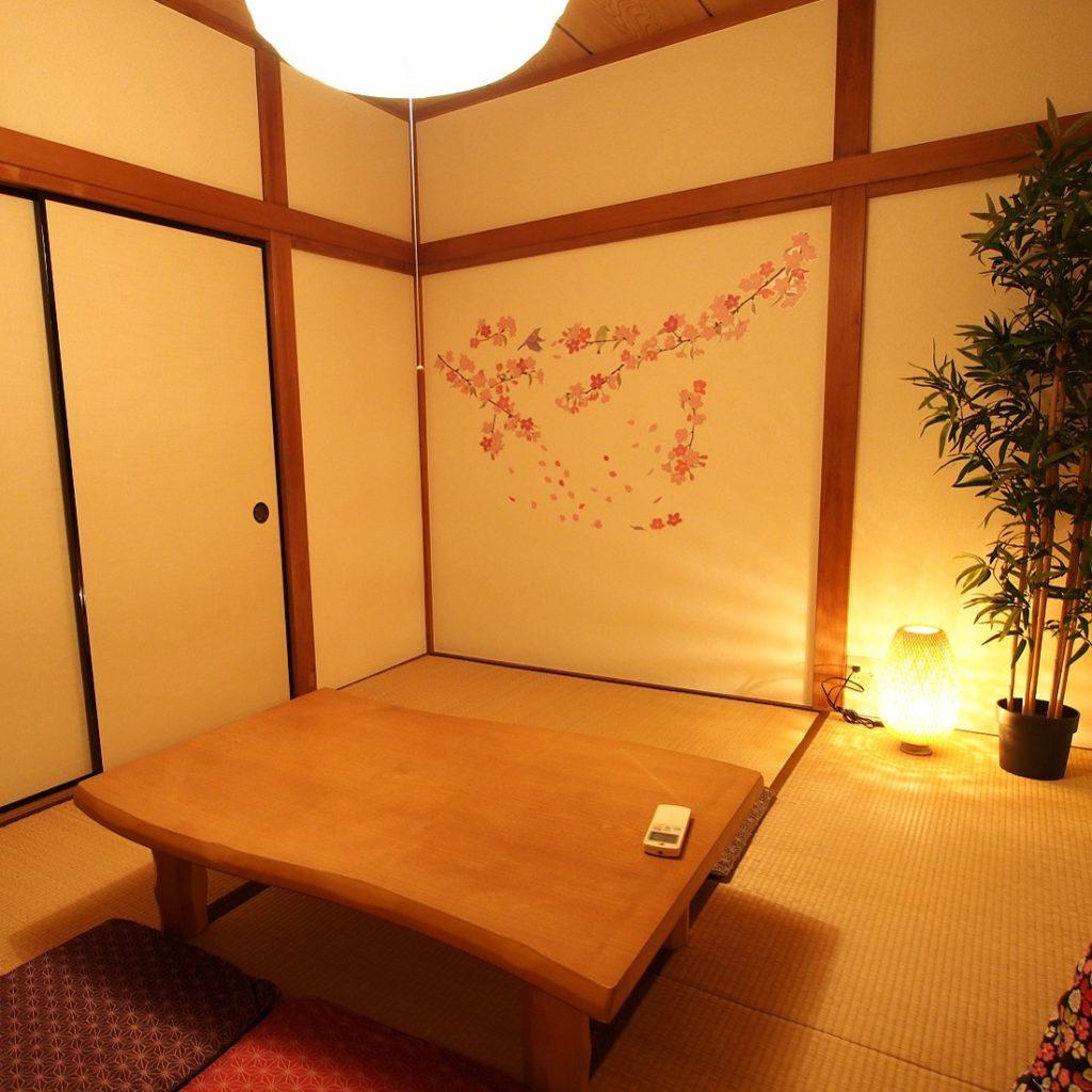 横浜川崎の一戸建て隠れ家コテージ 和室の間接照明と壁装飾