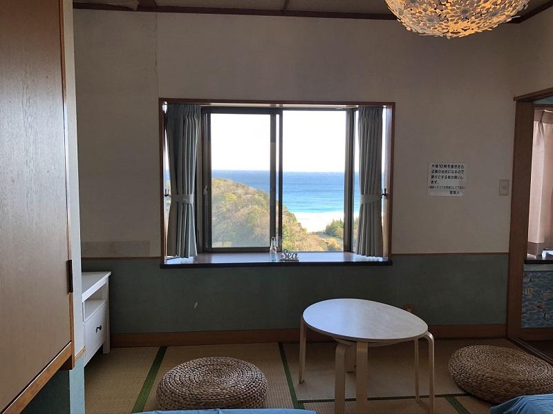 ベッドに座りながら海の景色を眺める贅沢な時間。コテージから入田浜が一望できます