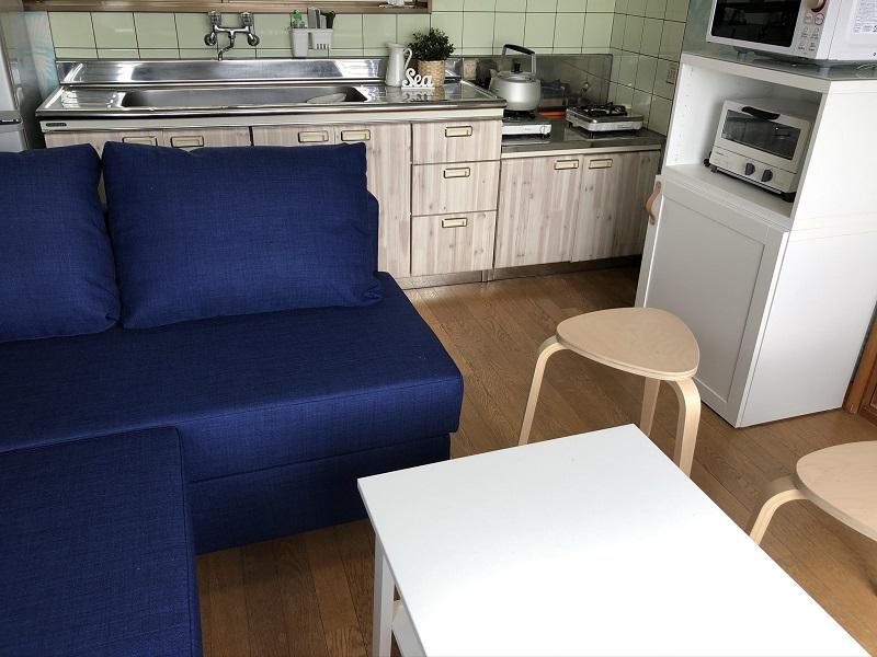 キッチン完備のコテージ。広いシンクで大人数での自炊も楽しい。