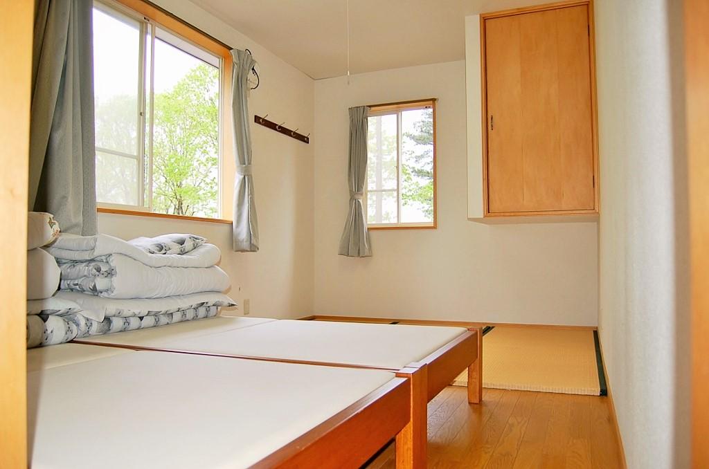 寝室では布団とベッドが利用できます