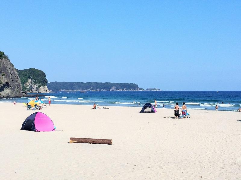 下田市の入田浜ビーチ。白砂と透明エメラルドグリーンの水が美しい!