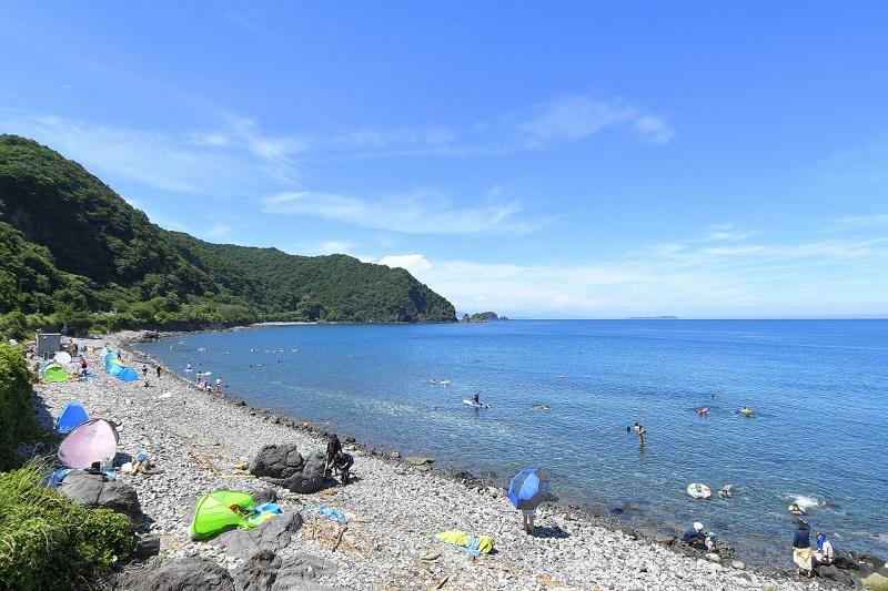 川奈海水浴場。岩場でゴツゴツしているからか、混雑せず穴場的ビーチです!その分透明度が高く泳いでいる魚が透けて見えるほど。