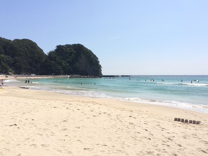 多々戸ビーチ。サーフィンにも向いた大きな波が特徴。白砂・エメラルドグリーンの水がとってもきれいです