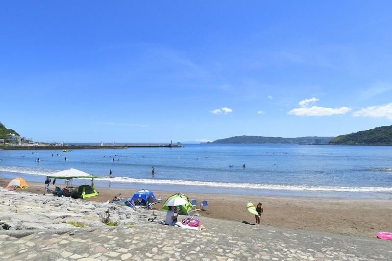 宇佐美海水浴場。宇佐美駅から徒歩5分で、電車でもアクセスのよい海水浴場です。1.5km続く砂浜のロングビーチです
