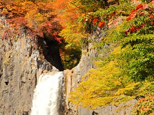 黒姫高原周辺お勧め紅葉スポット、苗名滝!ファミリーでも気軽に行ける紅葉狩りスポット