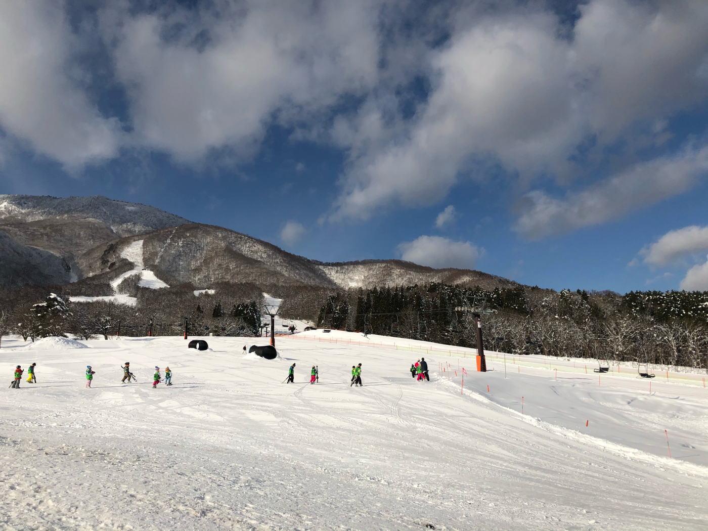ふかふかさらっさらの親雪を親子で楽しめる長野県のスキー場!黒姫スノーパークはキッズ・ファミリーに優しいスキー場で有名です